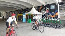 Joging atau bersepeda menyusuri jalanan ibukota bisa jadi pilihan untuk melewatkan pagi di akhir pekan. Sempatkan melewati Terowongan Kendal yang kekinian.