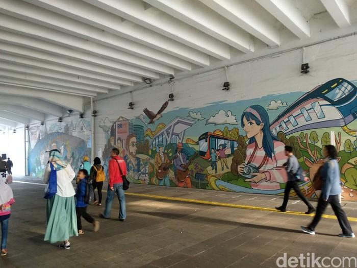 Terowongan Jalan Kendal merupakan jalur pedestrian sekaligus tempat yang nyaman untuk berolahraga. Tidak hanya nyaman, terowongan ini juga dilengkapi dengan mural artistik yang instagrammable. (Foto: Michelle Natasya/detikHealth)