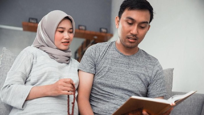 couple pregnant read quran together at home