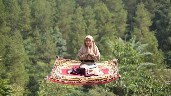 Dengan pesona hutan pinus yang indah, Dago Dream Park punya nuansa Bali dan Jawa. Di antara spot instagramablenya yaitu aladdin carpet, jembatan kupi-kupu dan sky tree. (Kartika Nurhasanah/dTraveler