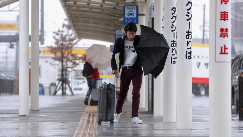 Angin kencang dan hujan sudah melanda Jepang beberapa waktu ini (Reuters)