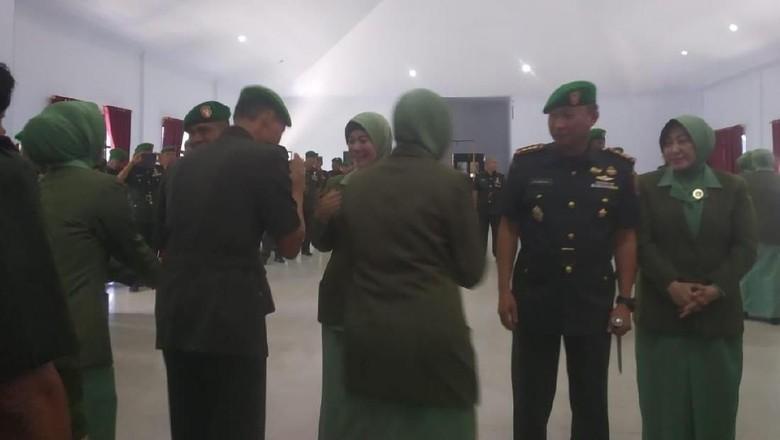 Istri Menangis Usai Kolonel Hendi Dicopot dari Dandim Kendari