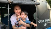 Bahagia Dalam Kesederhanaan Sandra Dewi Temani Anak Naik Bajaj