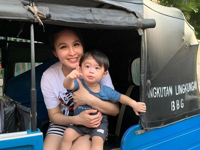 Anak Sandra Dewi Raphael Moeis naik Bajaj
