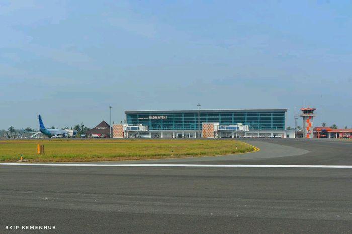 Bandara Radin Inten II memiliki fasilitas sisi udara yaitu runway ukuran 3000 m x 45 m, apron berukuran 545 m x 110 m (8 parking stand), taxiway ukuran 95 m x 23 m dan taxiway ukuran 112 m x 23 m, strip 2770 m x 150 m. Istimewa/Dok. Kemenhub.