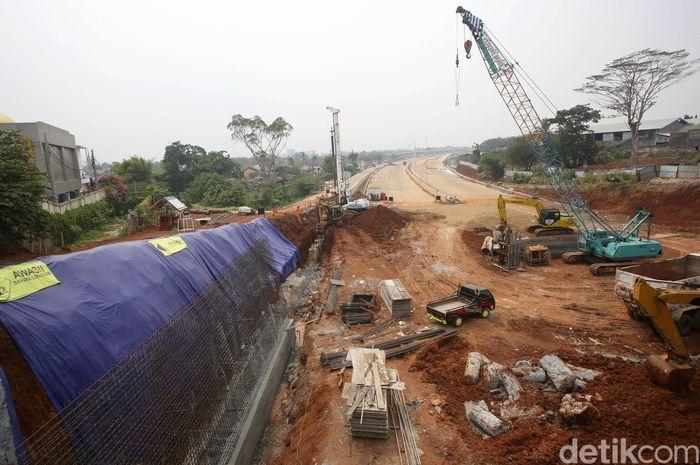 Sejumlah Pekerja menggunakan alat berat menyelesailan proyek pembangunan jalan Tol Cinere-Serpong seksi I di Kawasan Pondok Cabe, Tangerang Selatan, Banten, Sabtu (12/10/2019).