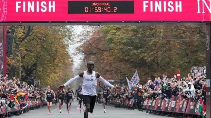 Pelari Kenya Eliud Kipchoge memecahkan rekor dunia maraton. (Foto: Alex Halada / AFP)