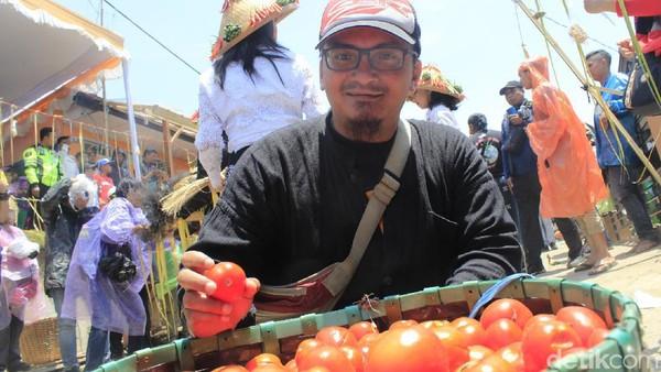 Menurut penggagas acara, Perang Tomat ini berkaitan dengan makna ngeruat, yaitu membersihkan diri dari hal yang buruk, atau membuang sifat-sifat busuk yang ada dalam diri. (Yudha/detikcom)