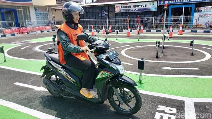 Banyak masyarakat Sidoarjo yang mengajukan pembuatan SIM namun kerap gagal saat melakukan ujian praktik. Maka dari itu, Satlantas Polresta Sidoarjo siap memberikan pelatihan.