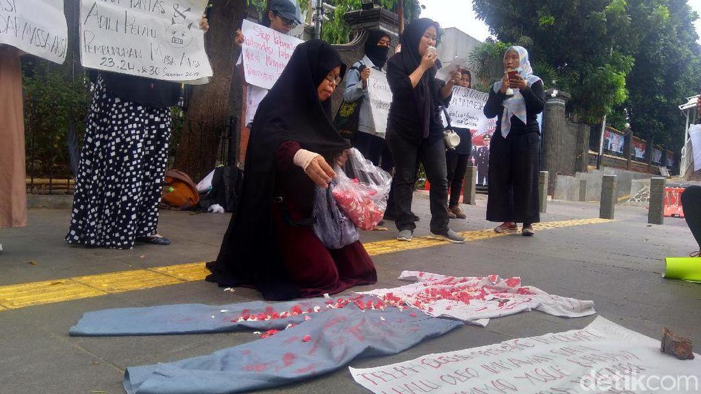 Aksi di Depan Polda Metro, Emak-emak Sedih Lihat Pelajar Jadi Korban Demo