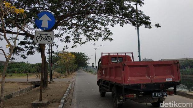 Beberapa ruasnya beralih fungsi menjadi jalur kendaraan bermotor.