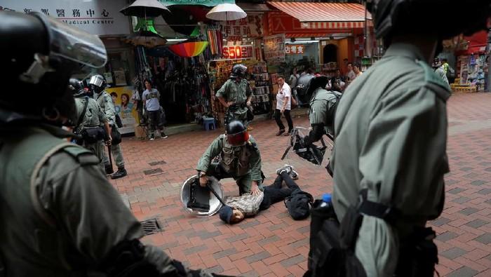 Foto: Demonstran Hong Kong ditangkap (Reuters)