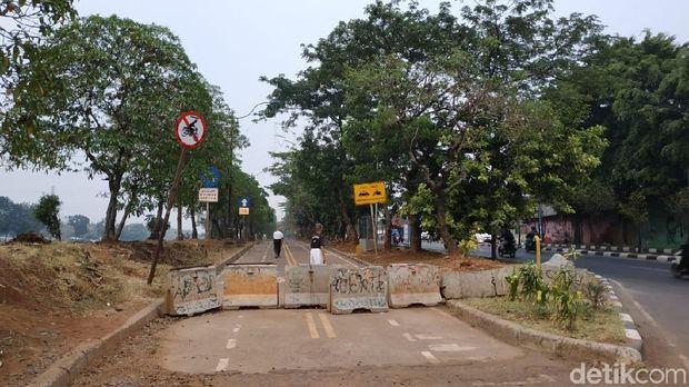 Selain portal, barrier atau pembatas beton yang tidak menyisakan celah seperti ini juga mempersulit akses masuk jalur sepeda.