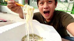 Bukan Mangkuk, Youtuber Ini Makan Bakso Pakai Dudukan Kloset Jongkok