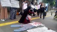 Protes Kekerasan Aparat Saat Demo, Emak-emak Tabur Bunga di Depan Polda Metro