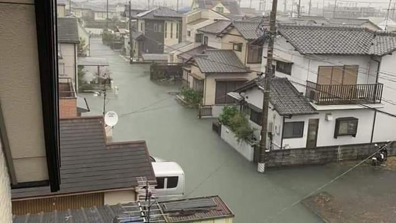 Banjir di Shizuoka, Jepang yang bersih (@KFMXmGcnE6PaHv4/Twitter)