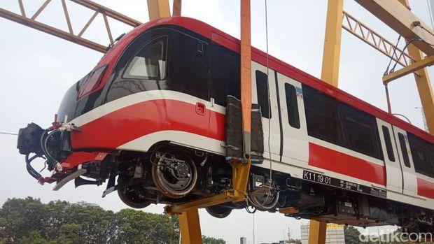 Siang-siang, Luhut dan Budi Karya Lihat Kereta LRT Jabodebek Diangkat ke Rel