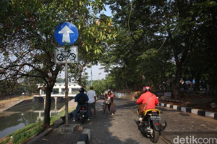 Saat ini, jalur sepeda di Kanal Banjir Timur banyak juga yang beralih fungsi menjadi jalur kendaraan bermotor. (Foto: Agung Pambudhy/detikHealth)