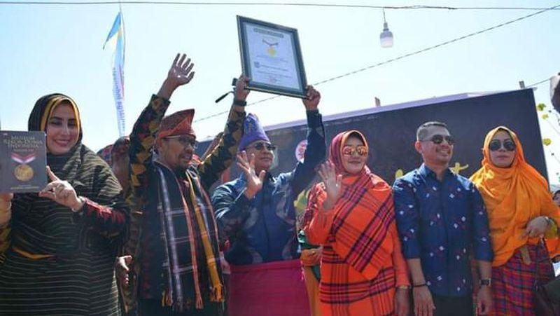 Parade pakaian adat atau Festival Rimpu yang diselenggarakan Pemkot Bima, berhasil memecahkan rekor dunia dengan kategori peserta terbanyak. Total ada 20.165 peserta yang ikut acara ini. (dok. Humas Kota Bima)