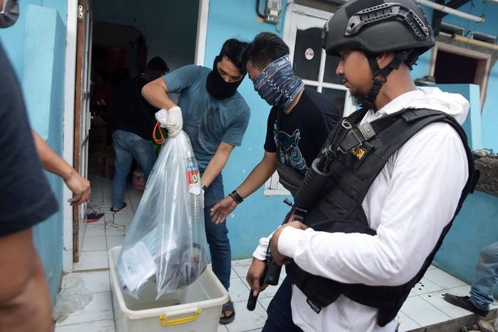 Foto: Penggeledahan rumah NAS, tersangka teroris, di Tambun, Kabupaten Bekasi (ANTARA FOTO/Arisanto)
