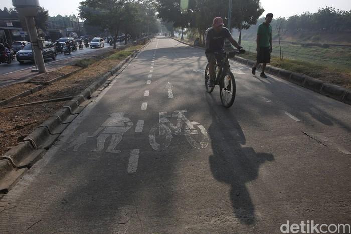 Marka penanda jalur sepeda sepertinya juga perlu dicat ulang. (Foto: Agung Pambudhy/detikHealth)