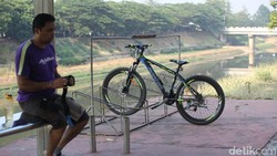 Jakarta tengah menguji coba jalur sepeda sepanjang 63 km, terbagi menjadi 3 fase. Jauh sebelumnya, di KBT sudah lebih dulu ada jalur sepeda yang cukup rindang.