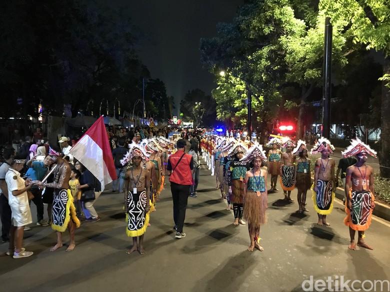 Berpakaian Adat Papua, Mendikbud Lepas Pawai Kedigdayaan Nusantara