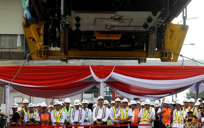 Menteri Perhubungan Budi Karya Sumadi dan Menko Kemaritiman Luhut Binsar Pandjaitan meninjau pengangkatan kereta LRT Jabodebek ke lintasan.