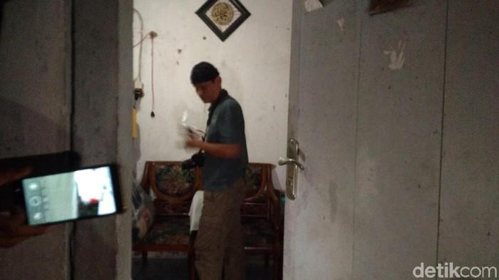 Polisi menggeledah rumah terduga teroris di Kota Cirebon. (Foto: Sudirman Wamad/detikcom)