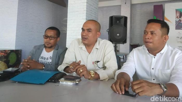 Supriadi dan 50-an advokat siap bela istri kol HS, Irma Nasution. (Siti/detikcom)