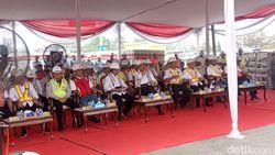 Luhut dan Budi Karya Cek Pengangkatan Kereta LRT Jabodebek ke Rel