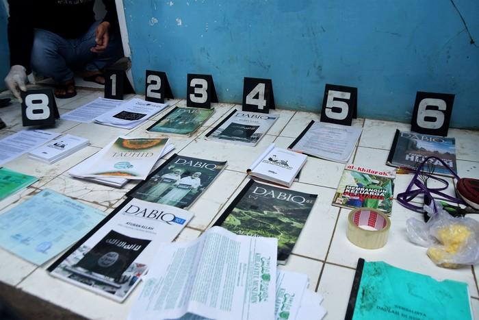 Barang bukti yang dikumpulkan dari rumah NAS, tersangka teroris yang ditangkap di Tambun, Kab Bekasi. ( ANTARA FOTO/Arisanto)