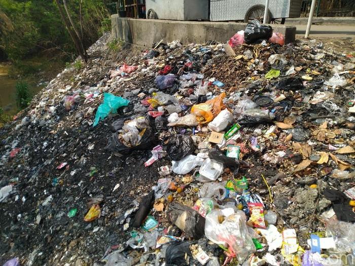 Tumpukan sampah di bawah flyover Cibinong (Foto: Sachril Agustin Berutu/detikcom)
