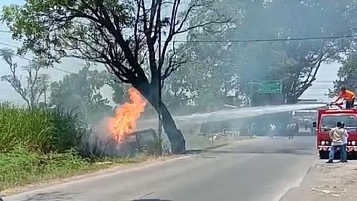 Petugas berupaya memadamkan api yang menghanguskan mobil di Kecamatan Jekulo, Kudus, Senin (14/10/2019). Foto: Istimewa