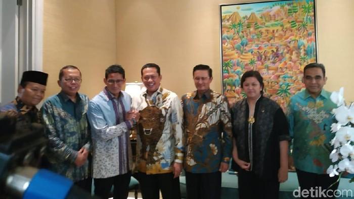 Pimpinan MPR menemui Sandiaga Uno dengan maksud memberikan undangan langsung menghadiri pelantikan Jokowi-Maruf Amin sebagai presiden dan wakil presiden terpilih. (Mochamad Zhacky Kusumo/detikcom)