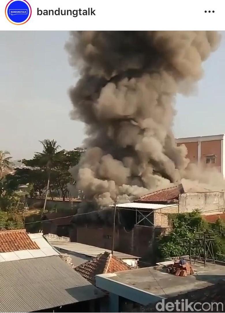 Kebakaran Melalap Rumah di Belakang SMA 24 Bandung
