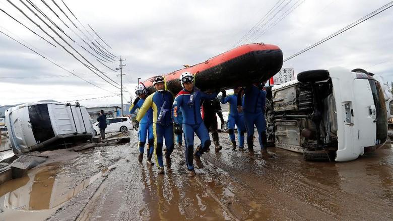 Proses Evakuasi Korban Badai Hagibis Foto: Kim Kyung-Hoon/Reuters