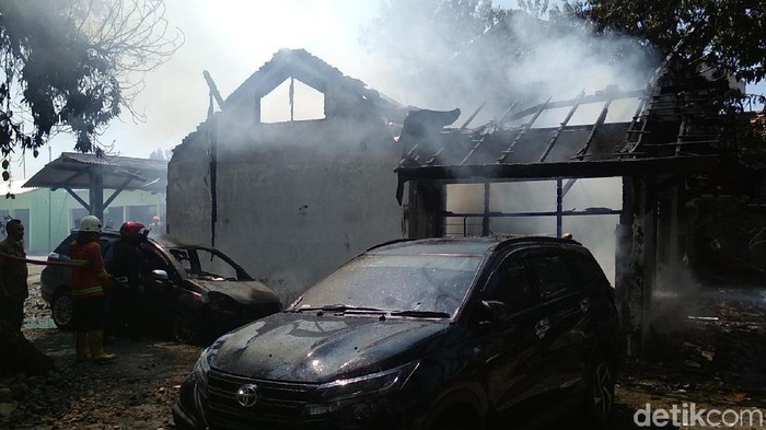 Kebakaran di area kantor dinas di Rembang hanguskan bangunan dan belasan kendaraan, Senin (14/10/2019). Foto: Arif Syaefudin/detikcom