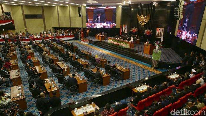 Pimpinan DPRD DKI Jakarta periode 2019-2024 resmi dilantik hari ini. Mereka diambil sumpahnya oleh Kepala Pengadilan Tinggi DKI Jakarta di gedung DPRD DKI.