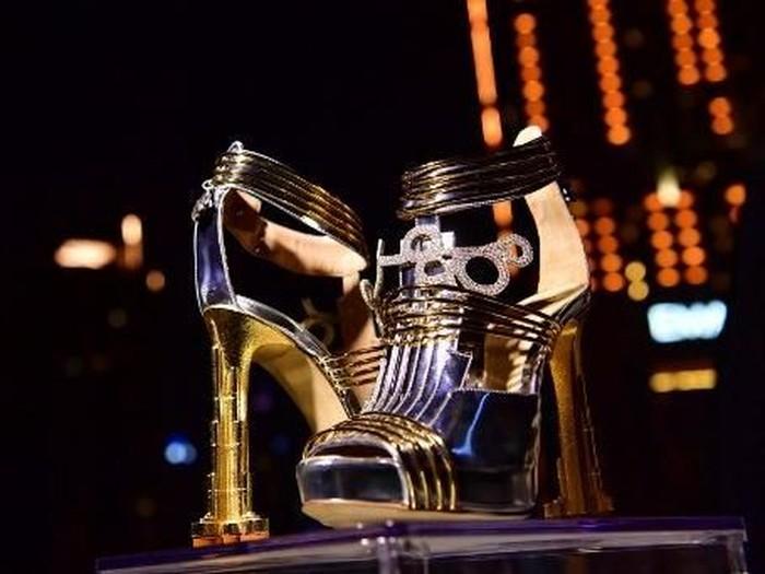 Sepatu termahal di dunia diperkenalkan di Dubai. (Foto: GIUSEPPE CACACE / AFP)