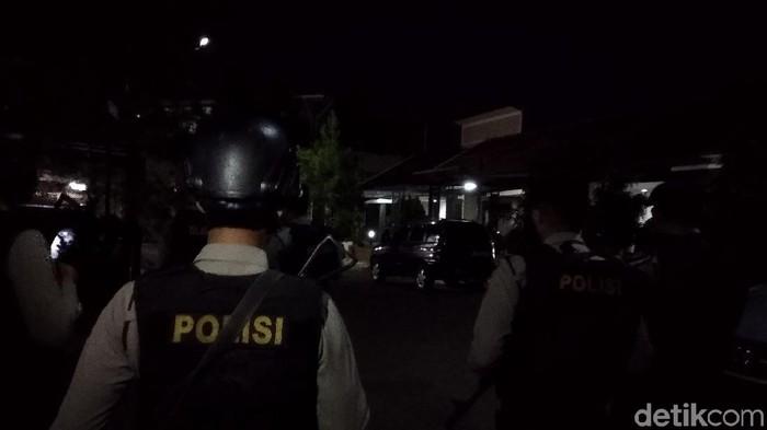 Densus 88 geledah rumah terduga teroris di kompleks elit Kota Bandung. (Foto: Dony Indra Ramadhan/detikcom)