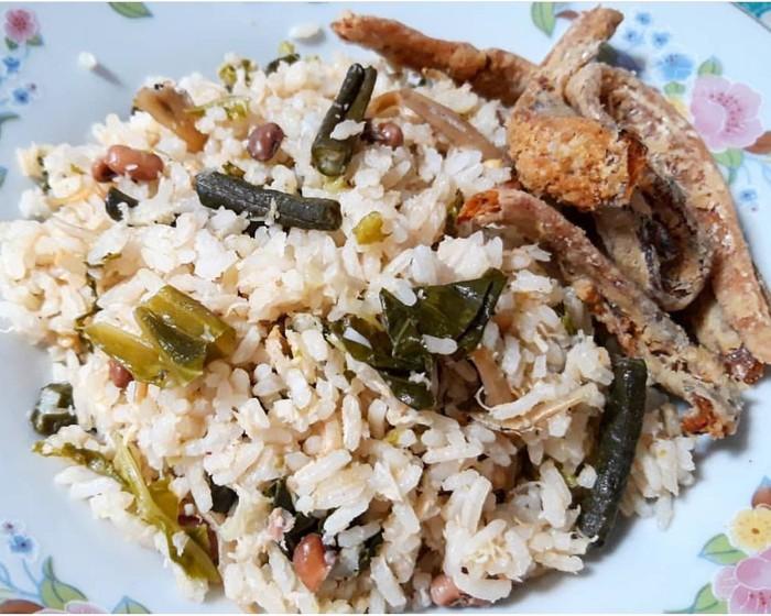 Sego gono merupakan nasi putih yang diaduk dengan duan ubi, kol, buncis dan kelapa parut bebrumbu. Dimakan dengan tempe dan ikan asin goreng. Sedep benget! Foto : Instagram @edwin.tmg