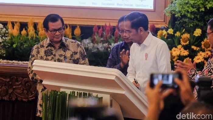 Foto: Presiden Jokowi dengan Menko Minfo Resmikan Tol Langit (Andhika/detikcom)