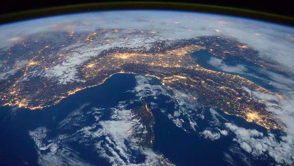Pajang Foto Bumi Bulat, Astronaut Dicibir Penganut Bumi Datar