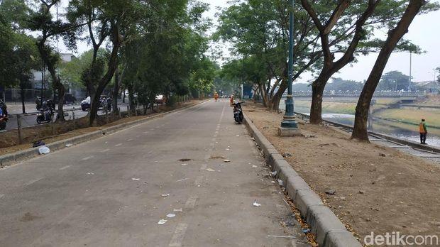 Kalau pagi, sampah berserakan karena area ini juga difungsikan sebagai tempat rekreasi.