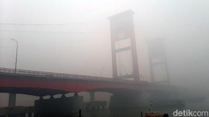 Jembatan Ampera tertutup kabut asap (Raja Adil Siregar/detikcom)