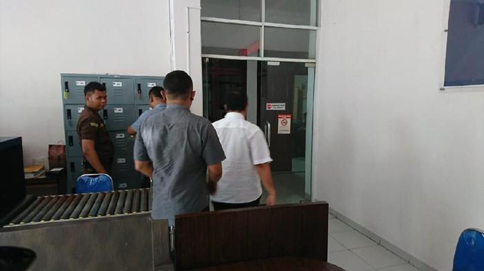 Foto: DOK. ISTIMEWA/  Bupati Mandailing Natal (Madina) Dahlan Hasan Nasution  berkemeja putih