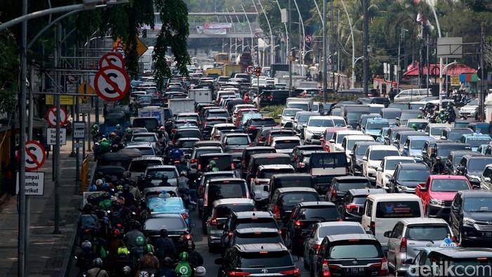 Sejumlah jalan di sekitar Istana Negara ditutup terkait adanya rencana demo dari elemen masyarakat. Imbas penutupan jalan itu kawasan Gambir pun macet.