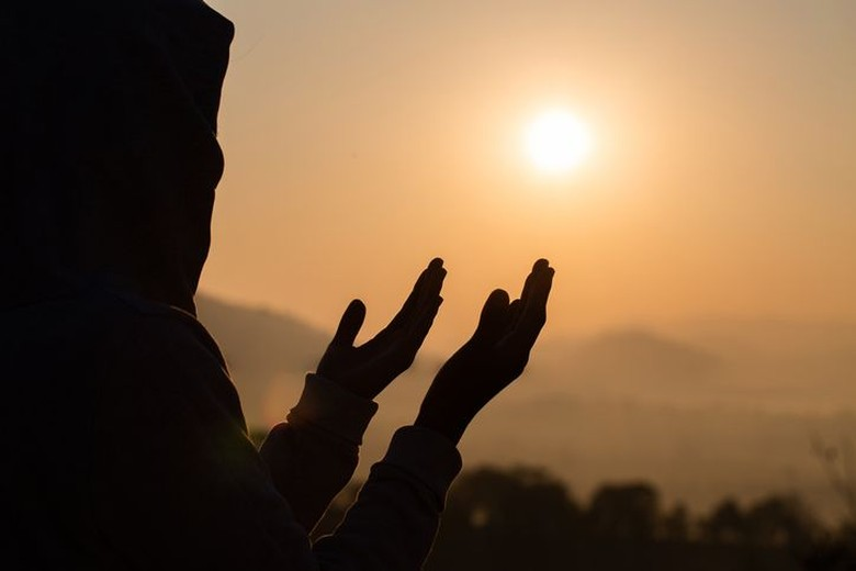 7 Amalan Ringan yang Bisa Mendatangkan Rezeki, Apa Saja?