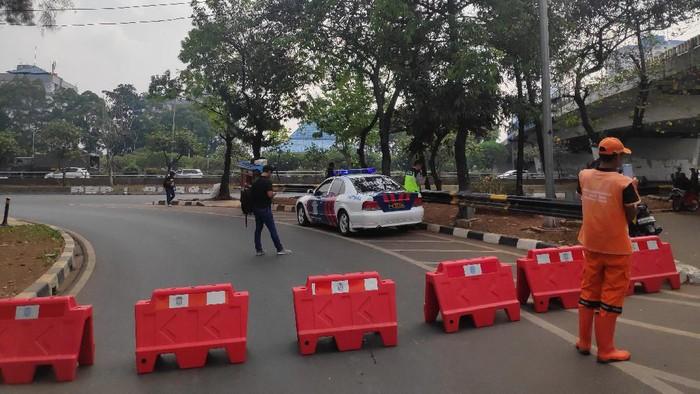 Jalan Gatot Subroto ke arah gedung DPR ditutup terkait adanya rencana aksi. (Matius Alfons/detikcom)
